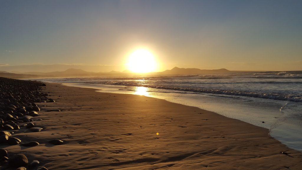 Cosa vedere a Lanzarote - tramonto sulla spiaggia